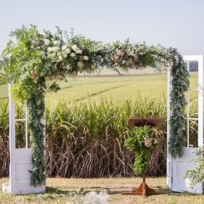 How inventive is this. Did I hear you say is they doors and it makes a frame. A frame makes a photo. The couple make the lasting memory x #weddinginspirations #weddingideas #pinterestideas #weddingdec...